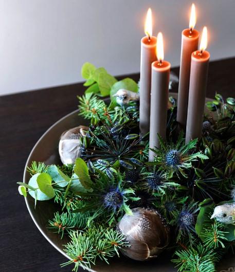 σύνθεση με χριστουγεννιάτικο στεφάνι από φυσικά υλικά, κεριά και στολίδια