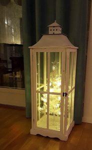 χριστουγεννιάτικη διακόσμηση σπιτιού με φαναράκια
