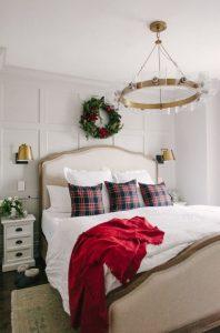 χριστουγεννιάτικη διακόσμηση υπνοδωματίου λευκό πάπλωμα χριστουγεννιάτικα στολίδια