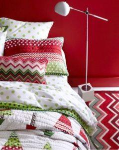 χριστουγεννιάτικη διακόσμηση υπνοδωματίου με κόκκινο και πράσινο χρώμα