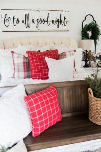 χριστουγεννιάτικη διακόσμηση υπνοδωματίου με μαξιλάρια