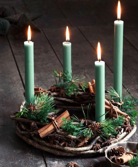 χριστουγεννιάτικο στεφάνι με κεριά, κανέλα και κλαδιά ελάτου