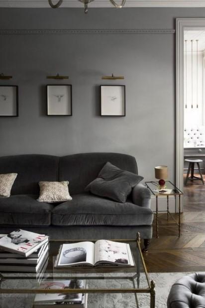 γκρι καναπές γκρι τοίχος σαλόνι