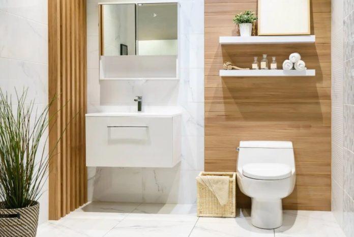 καθαρό μπάνιο άσπρο με καφέ ξύλο Feng Shui