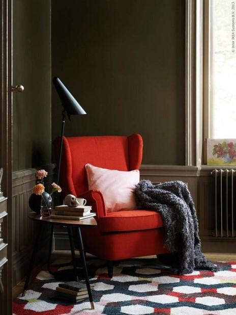κόκκινη πολυθρόνα πράσινος τοίχος πρωτότυπες ιδέες διακόσμηση σαλονιού