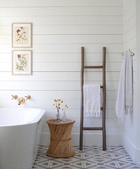 λεπτή ξύλινη σκάλα μπάνιο