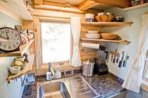 μικρή κουζίνα νεροχύτης γωνία ράφια