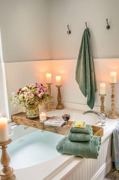 μπάνιο κηροπήγια κεριά λουλούδια