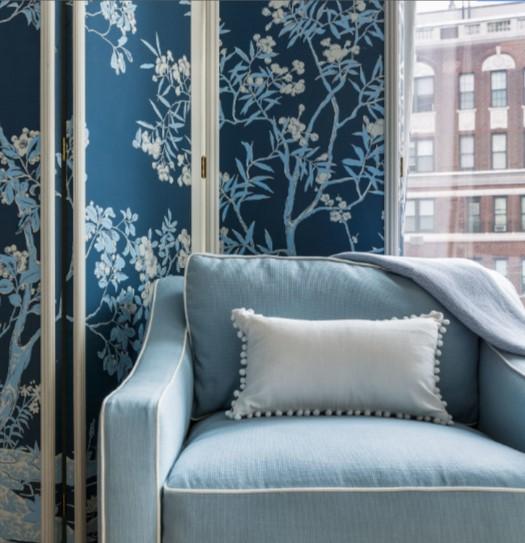 μπλε παραβάν με λουλούδια γαλάζια πολυθρόνα