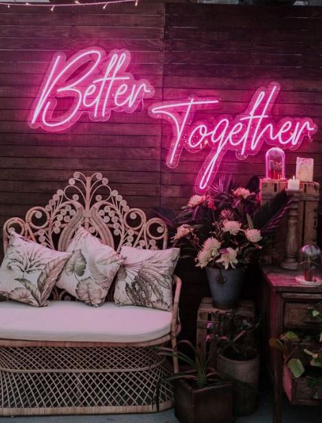 neon φουξ ταμπέλα σαλόνι πρωτότυπες ιδέες διακόσμηση σαλονιού