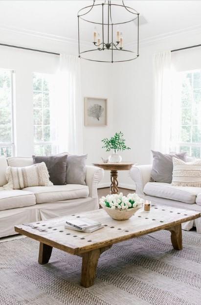 πολυέλαιος απλός καναπέδες τραπέζι μέσης