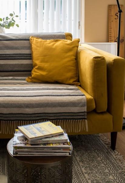 κίτρινος καναπές ριγέ ριχτάρι