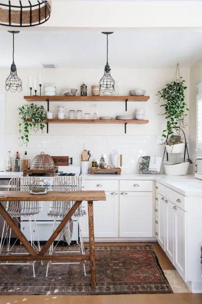 κουζίνα ξύλινα έπιπλα φυτά