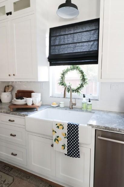 κουζίνα μαύρη κουρτίνα στεφανάκι στο παράθυρο διακοσμήσεις κουζίνα άνοιξη