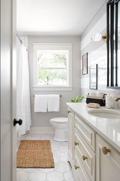 λευκό μπάνιο ψάθινο χαλάκι μπάνιο μοιάζει μεγαλύτερο