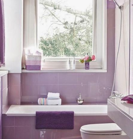 Μοβ μπάνιο με μπανιέρα και λεκάνη σε λιλά αποχρώσεις
