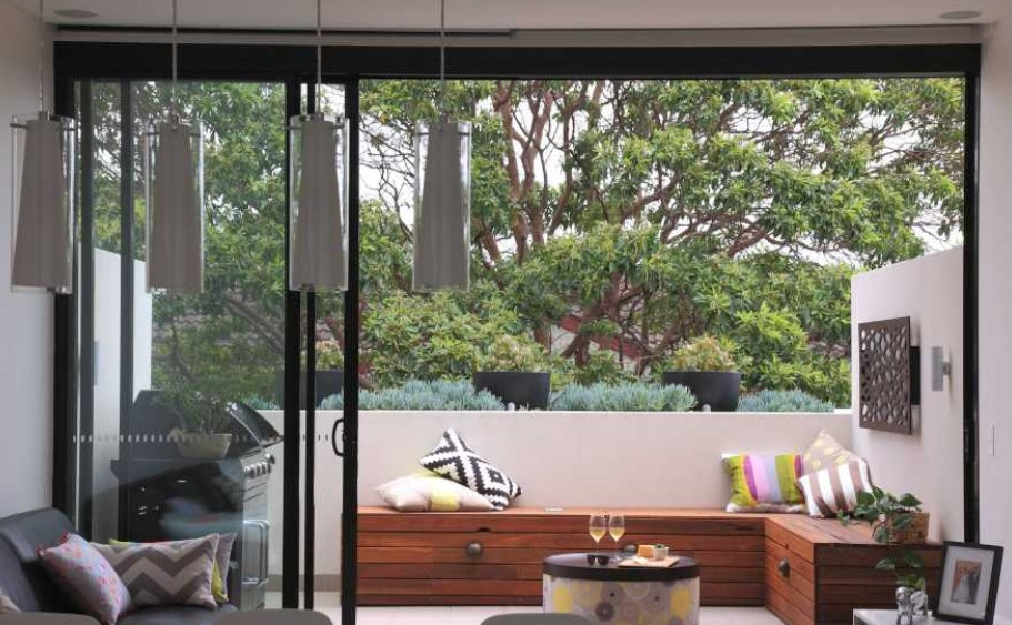 Πως να διακοσμήσεις το μπαλκόνι σου με έξτρα καθίσματα και αποθηκευτικό χώρο . Μπαούλο κάθισμα