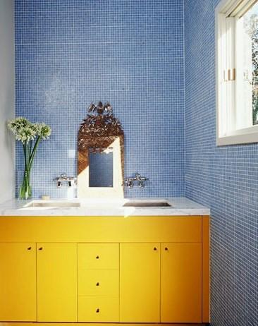 Συνδυασμός μπλε και κίτρινου στο μπάνιο