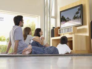 οικογένεια βλέπει τηλεόραση
