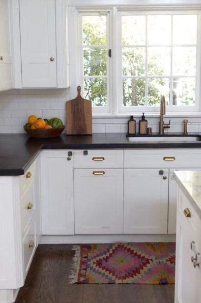 πολύχρωμο χαλάκι κουζίνα μαύρο πάγκος