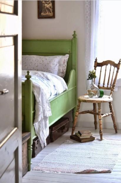 πράσινο κρεβάτι ξύλινη καρέκλα διακοσμήσεις vintage υπνοδωμάτιο