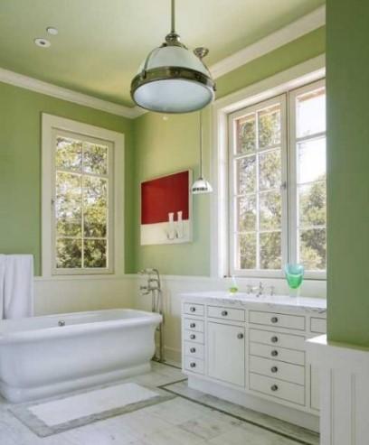 Πράσινοι τοίχοι στο μπάνιο και άσπρα έπιπλα