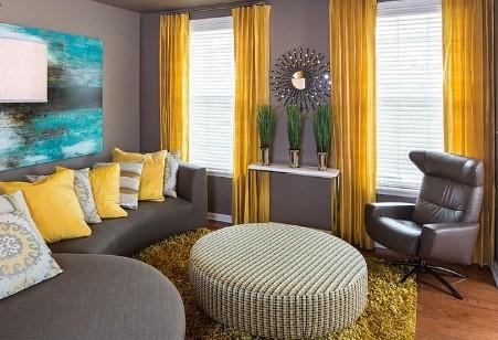 κίτρινες κουρτίνες σε γκρι δωμάτο