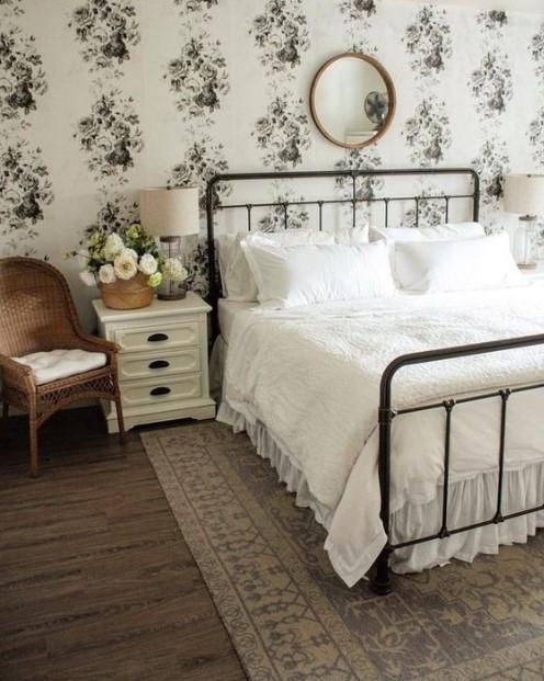 ταπετσαρία με λουλούδια σιδερένιο κρεβάτι