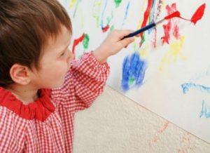 κοριτσακι ζωγραφιζει με πινελο