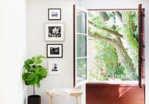 διακόσμηση δίπλα από παράθυρο
