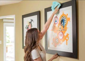 γυναίκα ξεσκονίζει σπίτι