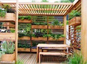 κάθετος κήπος κρεμαστές γλάστρες