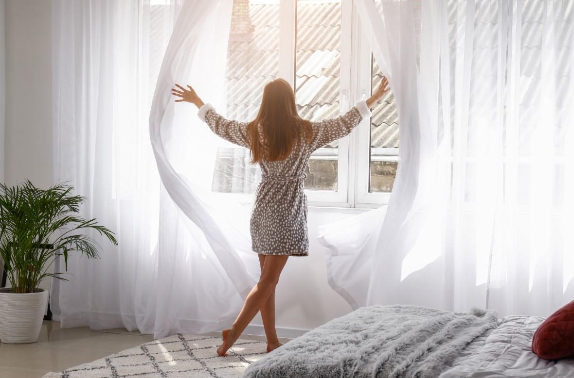 Συμβουλές για όμορφη κρεβατοκάμαρα, παλισιώνοντας τα παράθυρα σου με κουρτίνες