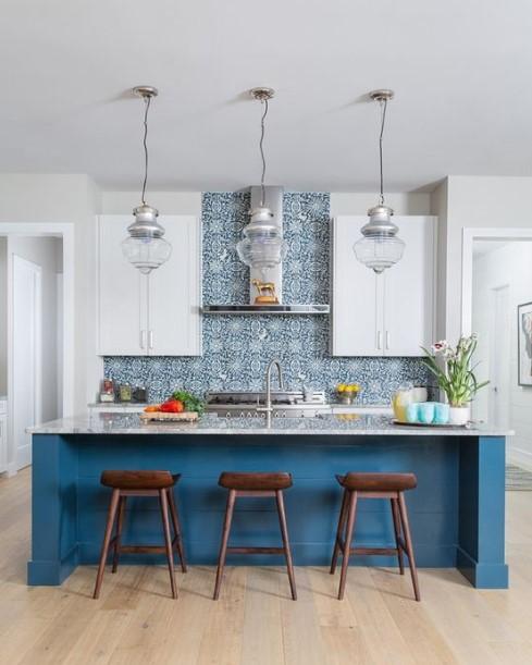 κουζίνα έντονο μπλε χρώμα ντουλάπια
