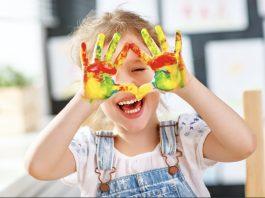 παιδι ζωγραφιζει χαρουμενο