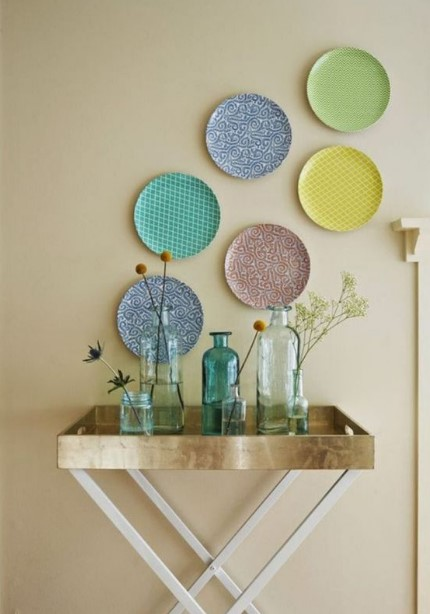 πολύχρωμα πιάτα κρεμασμένα τοίχο