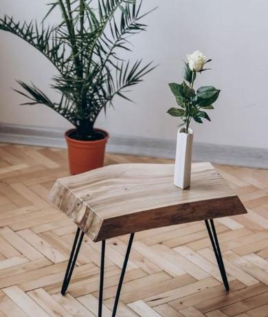 ξύλινο τραπεζάκι στο σαλόνι
