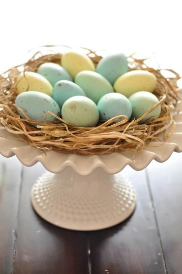 φωλιά αυγά πάνω σε πιατέλα διακοσμήσεις σπίτι Πάσχα