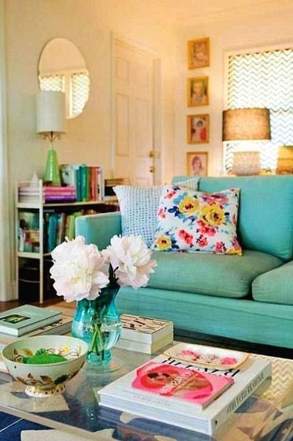 γαλάζιος καναπές φλοράλ μαξιλάρι τάσεις διακόσμησης καλοκαίρι
