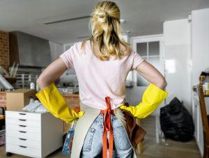 γυναίκα καθαρίζει το σπίτι