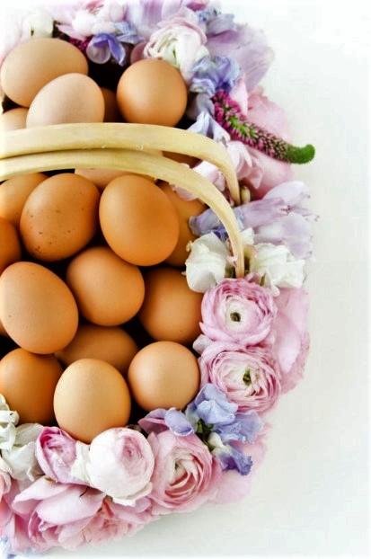 καλάθι από λουλούδια αυγά διακοσμήσεις σπίτι Πάσχα