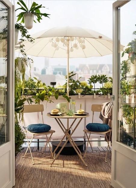 καρέκλα τραπεζάκι άσπρη ομπρέλα