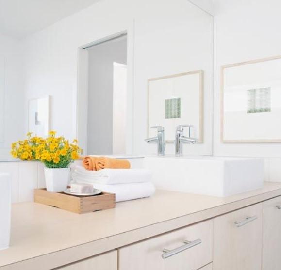 Καθαρισμα στις επιφάνειες του μπάνιου