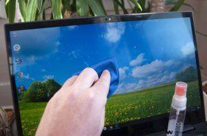 καθαρισμός οθόνης laptop exypnes-idees.gr