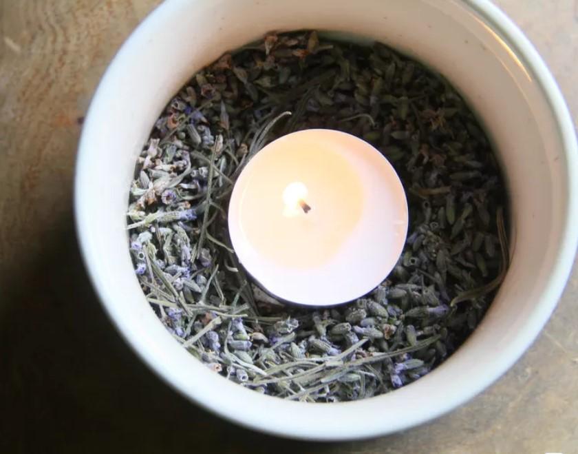 Κερί σε μπολ με αποξηραμένα βότανα