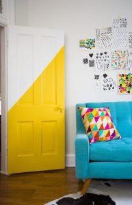 κίτρινη πόρτα στο σπίτι