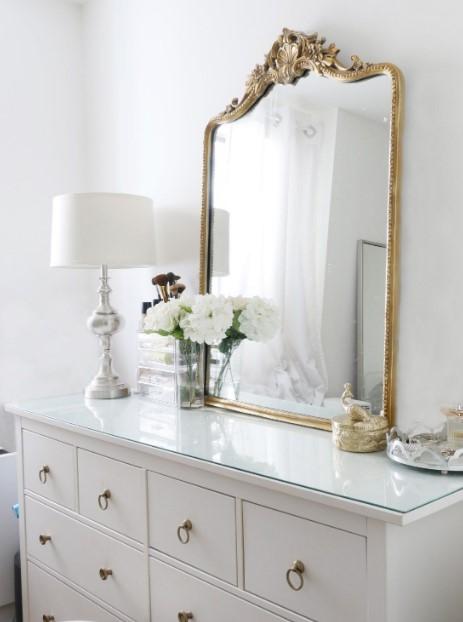 λευκή συρταριέρα με χρυσό καθρέπτη