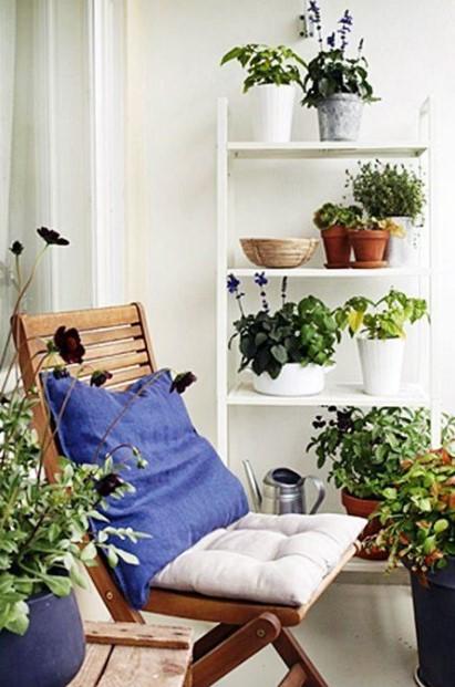 μπαλκόνι καρέκλα ραφιέρα φυτά