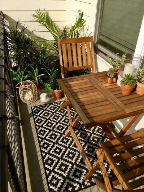 μπαλκόνι ξύλινη καρέκλα τραπέζι χαλάκι ανανεώσεις βεράντα