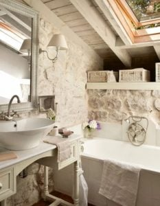 μπάνιο με πέτρινο τοίχο